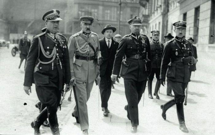 Маршал Юзеф Пилсудский с офицерами своего штаба после переворота.