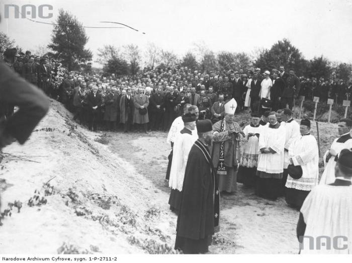 Служба на могиле жертв майского переворота.