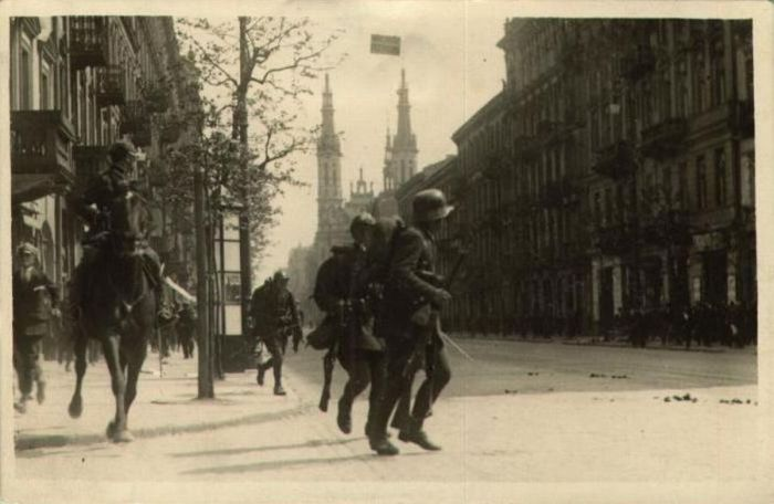 Войска атакуют мятежников маршала Пилсудского.