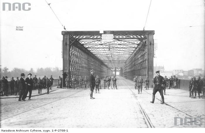 Полицейские, охраняющие въезд на мост.