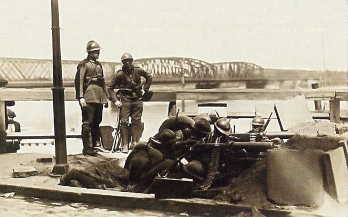 Солдаты охраняющие мост во время переворота.
