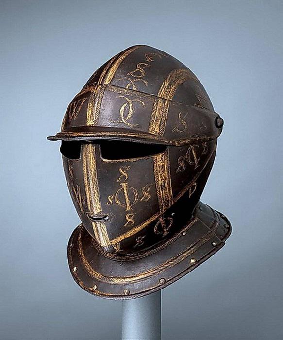 Модный шлем рыцаря Средневековья.