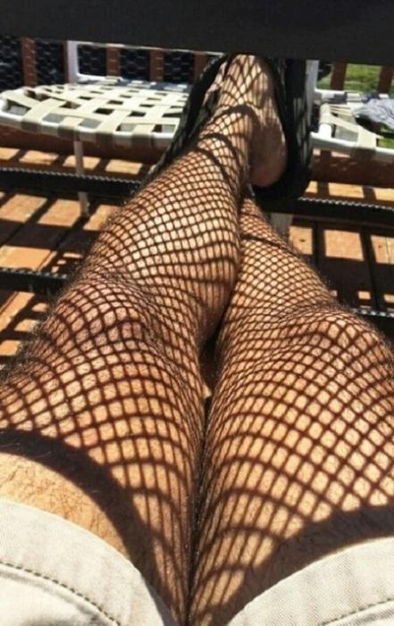 Тень от забора создает необычную иллюзию на ногах.