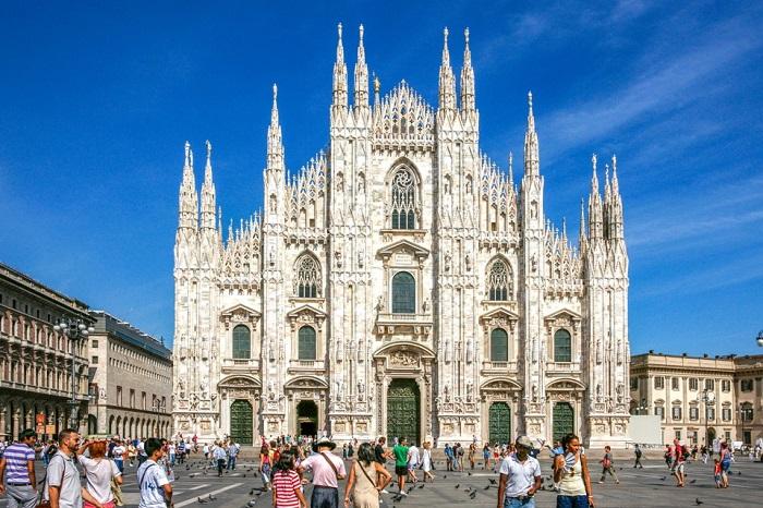 Пятый по величине собор в мире, является самым заметным ориентиром города и яркий пример известной итальянской готики.