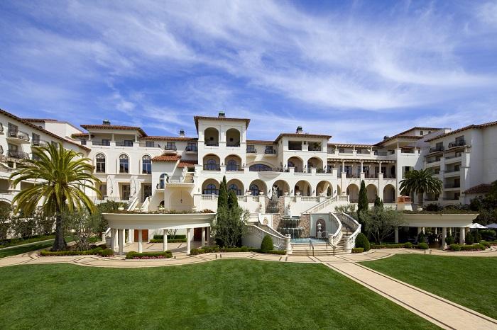 Курорт в тосканском стиле, живописный вид и элегантные мраморные лестницы.