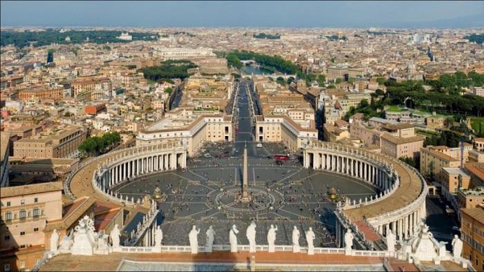Одна из самых красивых и известных площадей в мире, носящая имя святого Петра, ключника рая, имеет форму замочной скважины.