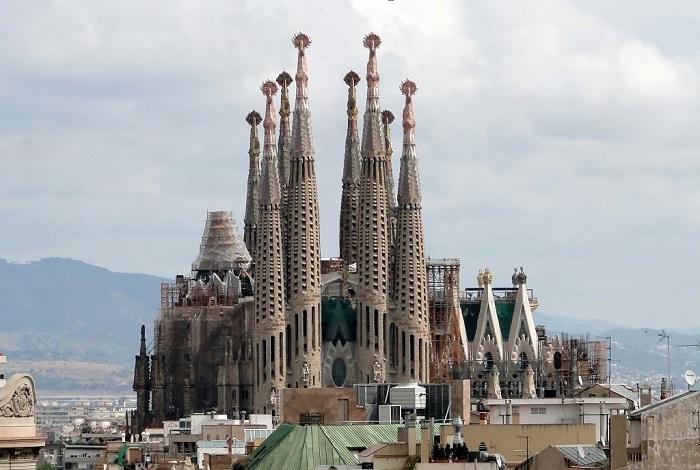 Один из самых поразительных по красоте храмов Барселоны.