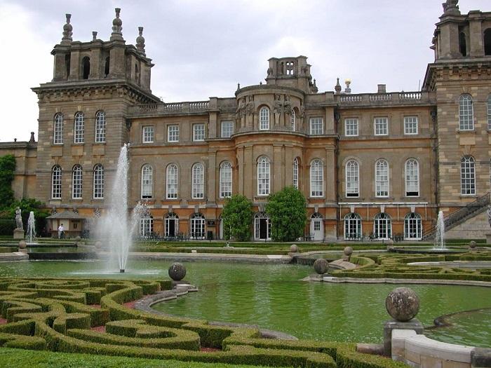 Родовое имение герцогов Мальборо, один из крупнейших дворцово-парковых ансамблей Англии.