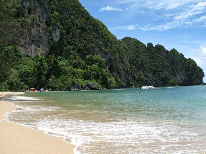 Маленький прибрежный город, окруженный величественными скалами и пышной растительностью.