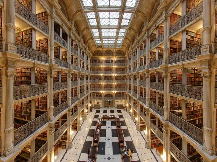Библиотека содержит более 300 тысяч книг, большая часть которых датирована 18-м и началом 20-го столетий.