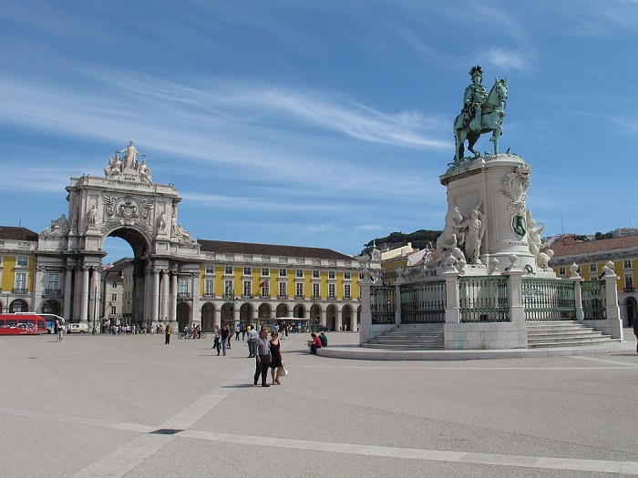 Лиссабон известен своей романтической атмосферой, живописными мощеными вымощенной улицы, старинные трамваи и исторические здания.