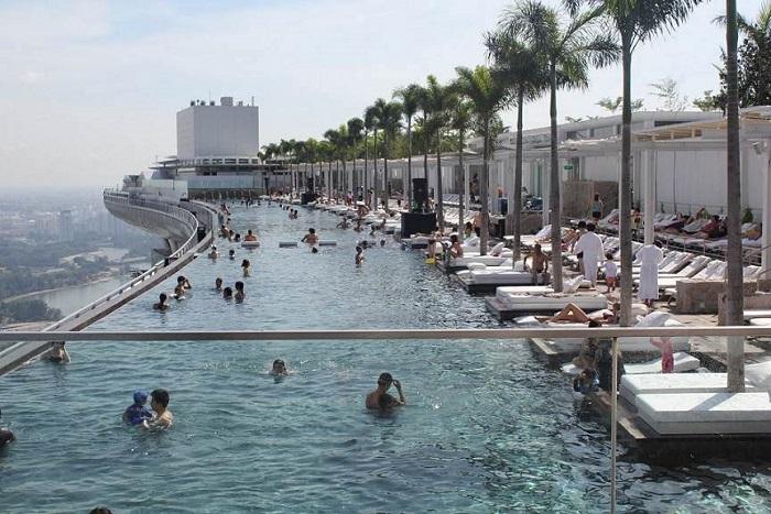 Обзорная площадка с видом на небоскрёбы Сингапура.