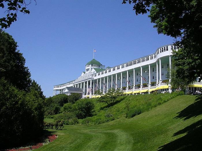 Исторический отель и прибрежный курорт на Макинак-Айленде.