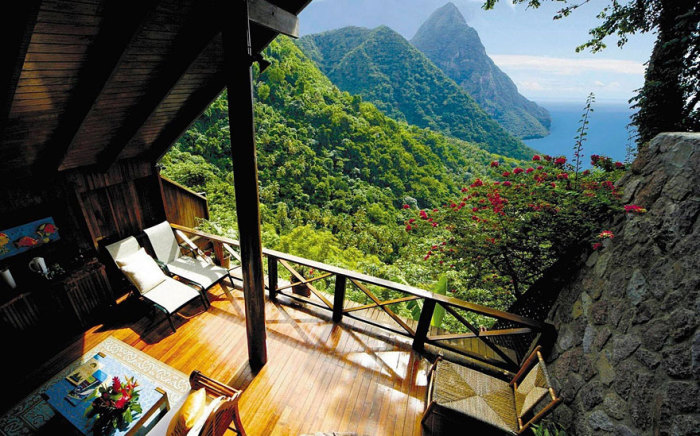 Архитектор постарался, чтобы прямо в номерах можно было насладиться цветами, запахами, пением птиц и видом на горы и море.