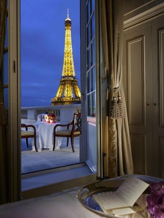 Потрясающий вид прямо на Эйфелеву башню.