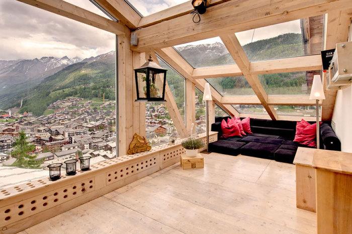 Потрясающий вид на деревню и швейцарские Альпы.