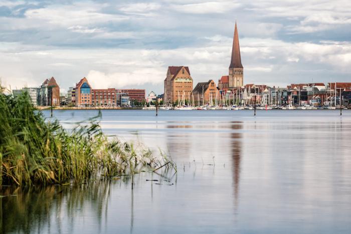 Главным украшением города является церковь Св. Николая, строгое и внушительное здание, внутренняя обстановка которого не менее изысканна и бесподобна. Север Германии Север Германии rostock