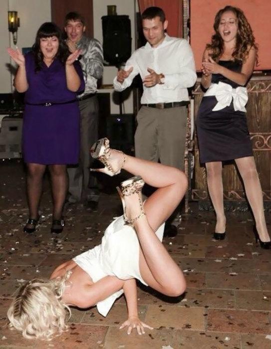 Невеста либо споткнулась, либо действительно круто танцует – с первого взгляда не понять.