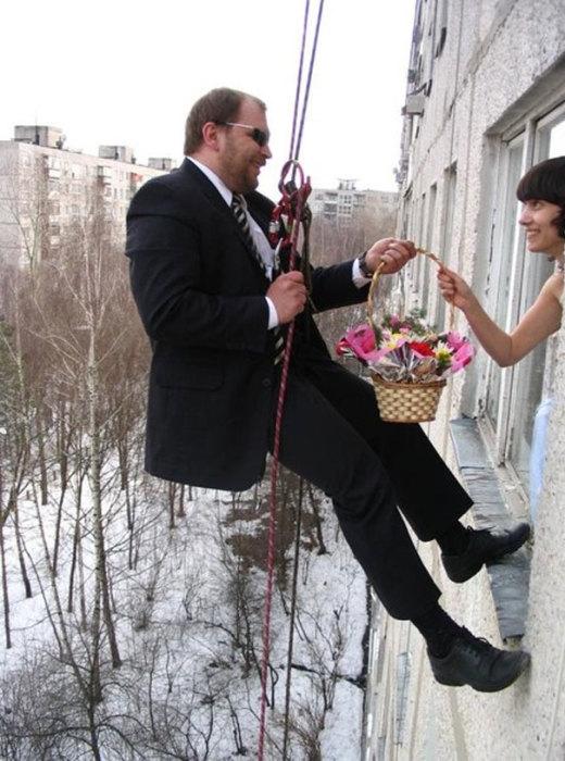 Весьма необычный способ доставки… свадебного «букета»?