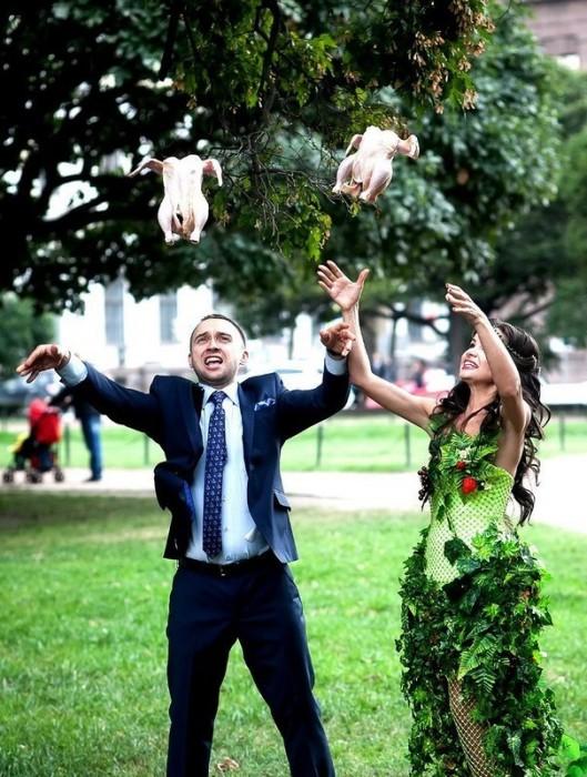 Уже все привыкли к свадебным букетам и голубям, но свадебные цыплята выглядят все же странно.
