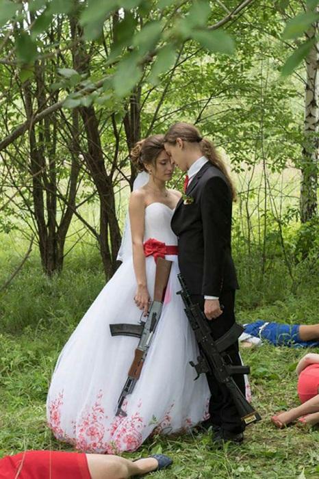 Скорее всего, невеста просто хотела привлечь к себе больше внимания в день бракосочетания.