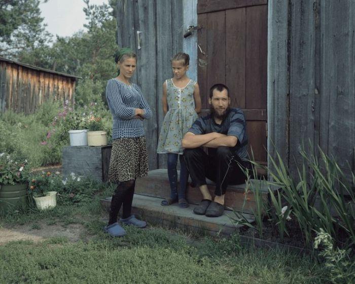 Сергей и Александра Лобановы с дочерью Катериной, окончившей 4 класса местной школы.