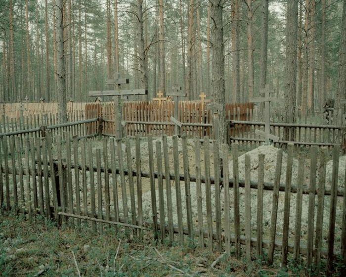 Кладбище расположено прямо в лесу, но за пределами деревни Айдара.