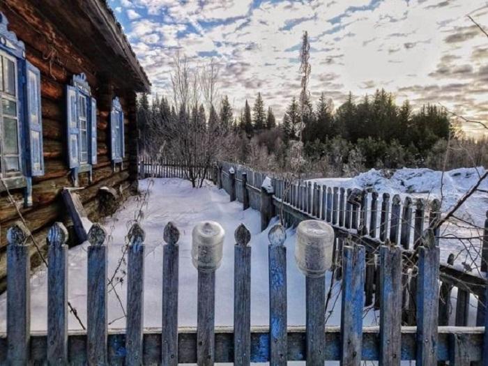 Маленький дворик, заботливо укрытый снежным покрывалом.
