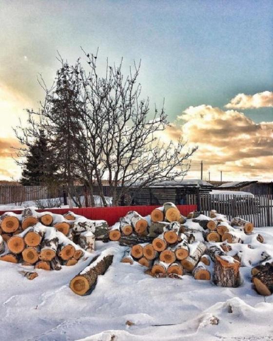 Своеобразная поленница под открытым небом, засыпанная снегом.