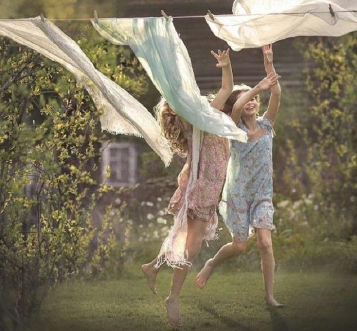 Веселые детские забавы на просторном и зеленом бабушкином дворе.
