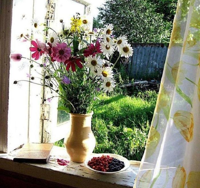 Маленький томик стихов, аппетитные ягоды и ароматный букет летних цветов.