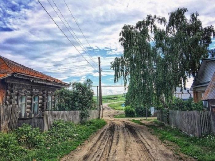 Деревянные дома с резными окнами, огороженные старыми заборами, словно древние стражи хранят прошлое в настоящем.