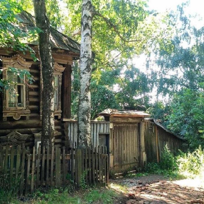 Белые березы, укрывающие дом тенью, спасают от палящего летнего солнца.