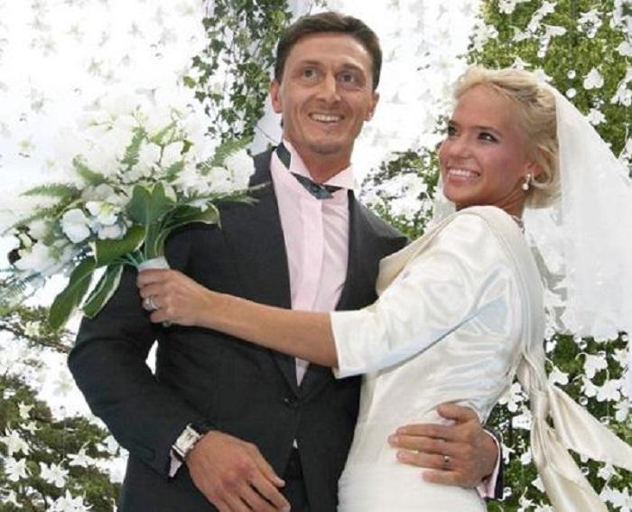 Известная певица Глюк'oZa и ее супруг-бизнесмен поженились 17 июня 2006 года.