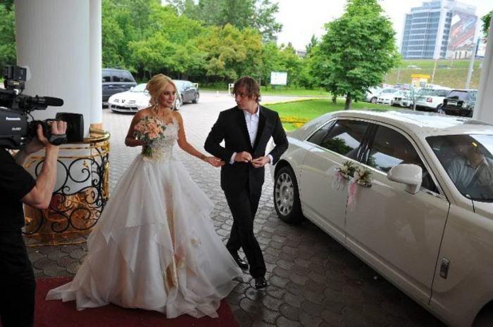 Невеста решила отказаться от фаты - вместо этого атрибута у нее был палантин, накинутый на плечи.