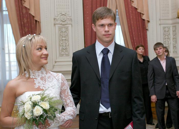 На 36-летней невесте было длинное белое платье с кружевами от итальянского дизайнера, а 29-летний капитан «Зенита» облачился в строгий темно-синий костюм.