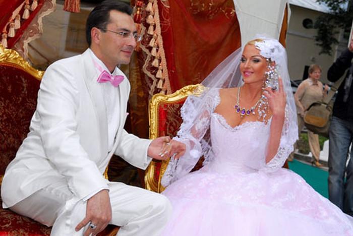 Свадебное торжество растянулось на три дня, в течение которых знаменитая невеста успела продемонстрировать 5 платьев.