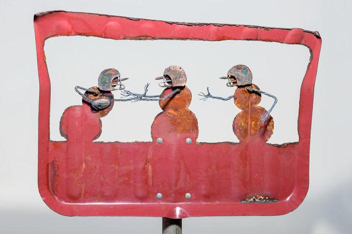 С помощью плазменного резака Синди Чинн превращает выброшенные предметы в причудливые произведения искусства.