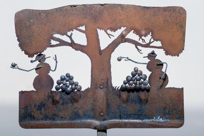 Например, старая снегоуборочная лопата была использована для создания сценки из коллекции, посвященной зимней теме.