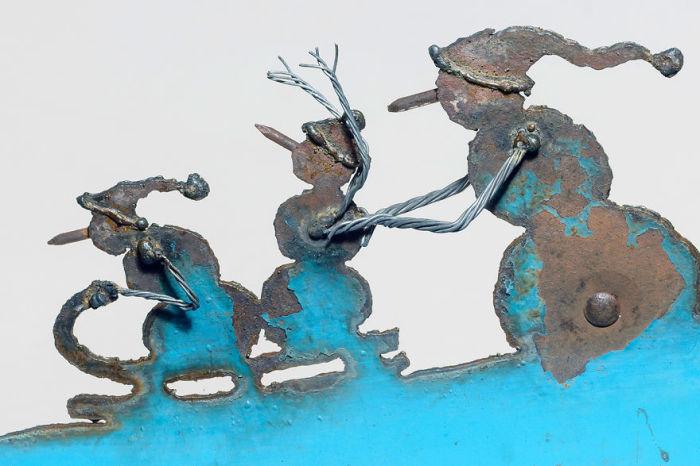 Часто свои работы из старого металла художница дополняет деталями из проволоки и гвоздей.