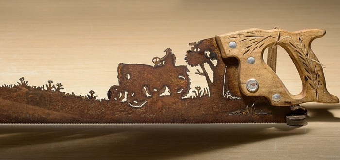 Свои композиции Синди Чинн создает не только из лопат - в ход идут пилы, мастерки и старые грабли.