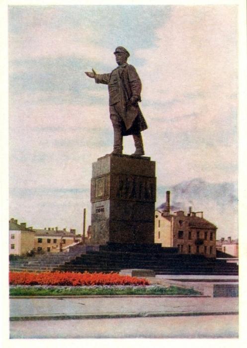 Монумент установлен в 1938 году в центре Кировской площади.