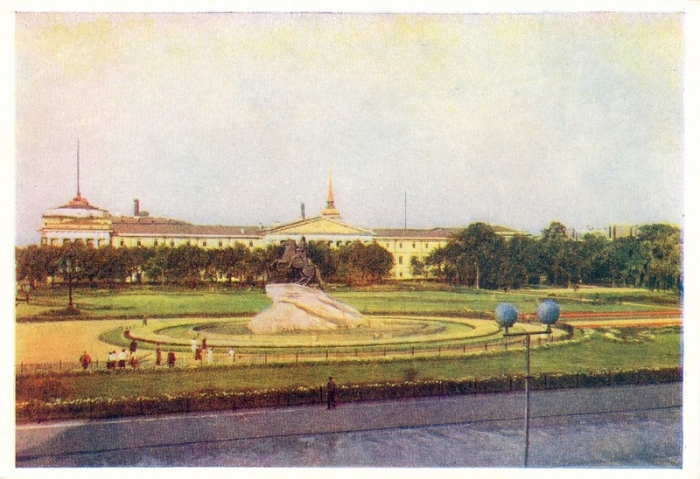 Одна из центральных площадей Санкт-Петербурга, находится у западной оконечности Александровского сада.