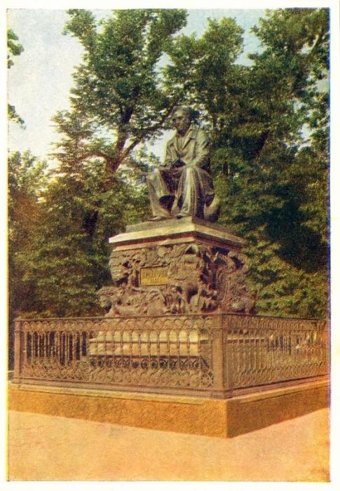 Памятник известному русскому писателю И.А. Крылову, установлен в Летнем саду не далеко от «Чайного домика».