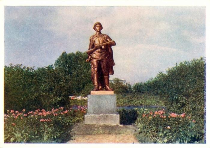 Бронзовая фигура комсомольца-героя, который своим телом закрыл амбразуру дзота.
