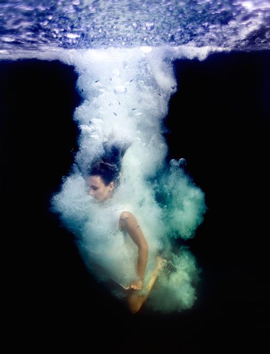 Эффектное падение в глубины с миллионами бульбашек вокруг светлого образа.