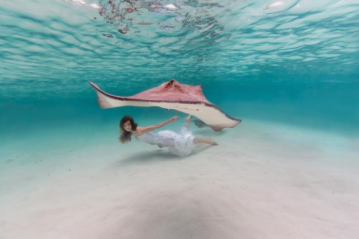 Огромнейший скат и маленькая девчонка в водах Атлантического океана.