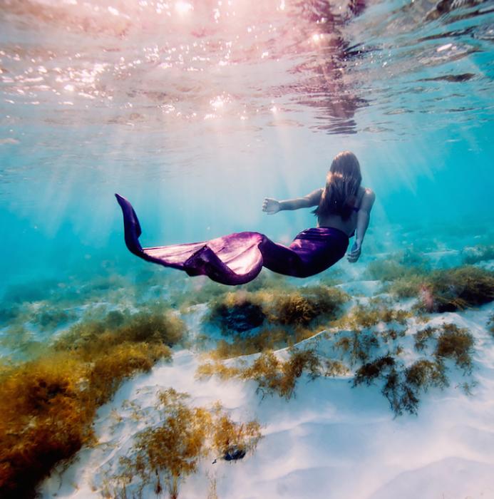Грациозные движения подводной дивы с сиреневым хвостом.