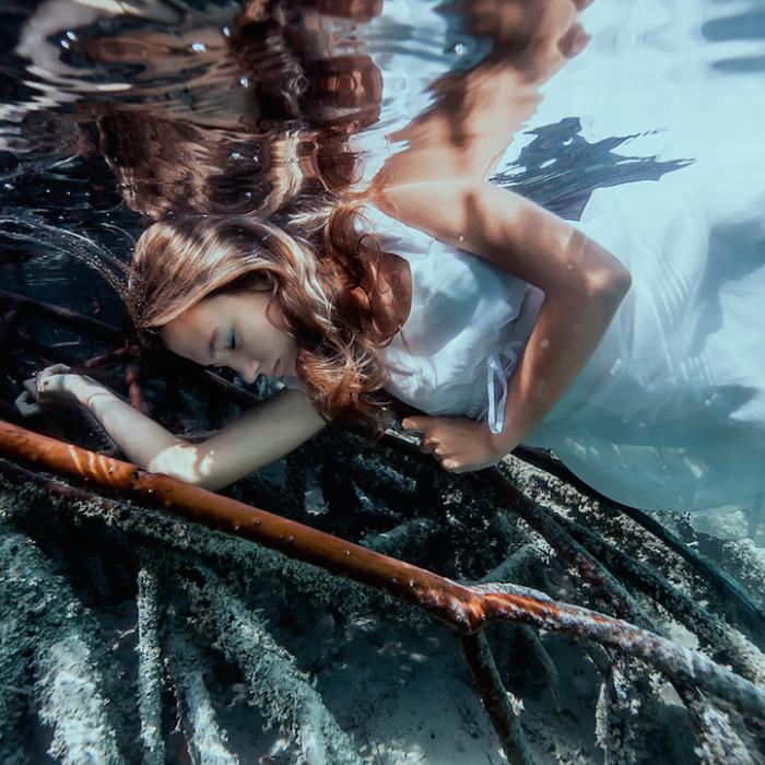 Девочка в образе русалки, которая выкинулась на отмель.