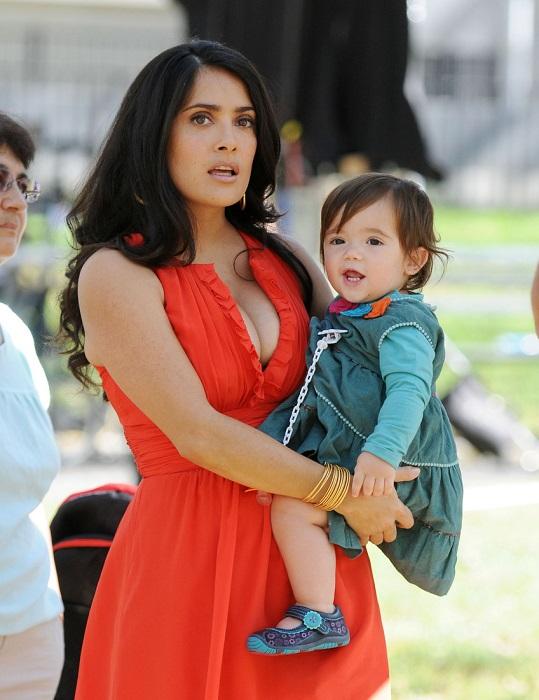 Сальма Хайек родила первенца, дочь Валентину, когда ей был 41 год. /Фото: zen.yandex.ru